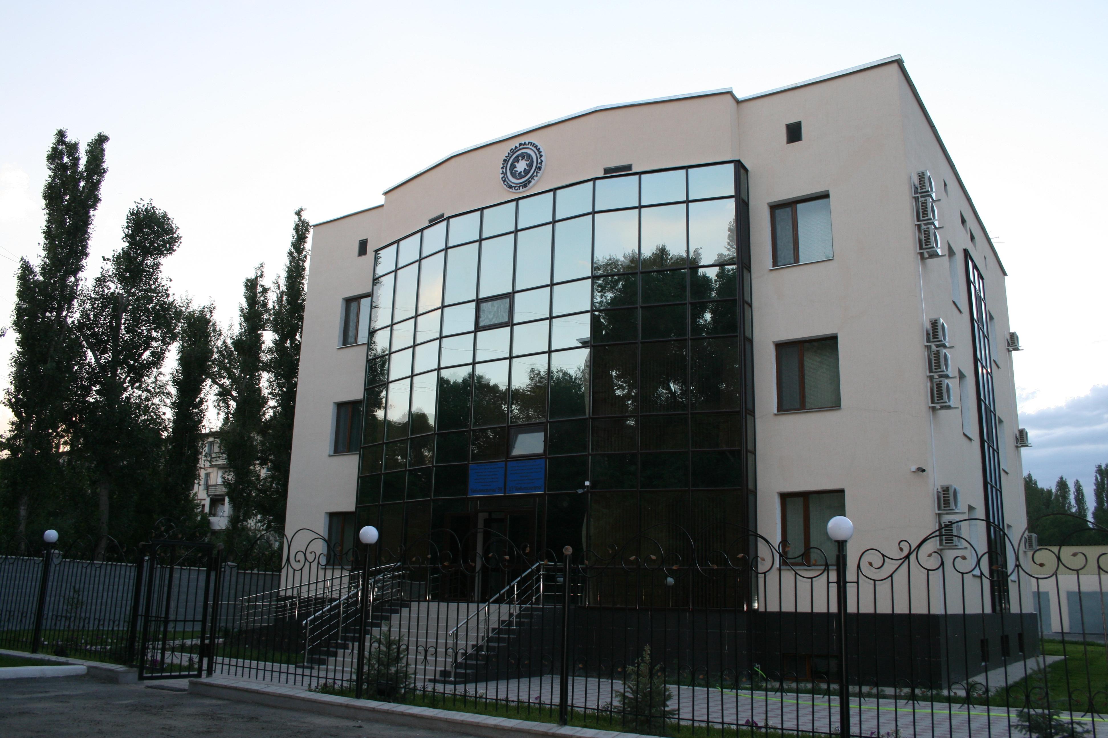 Rekonstruktsiya administrativnykh zdaniy