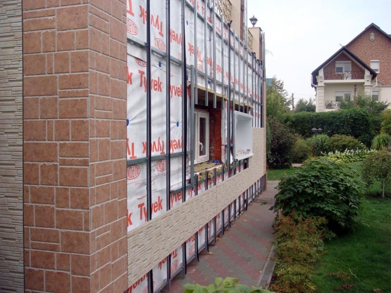 Ventiliruyemyy fasad iz fibrotsementnykh plit